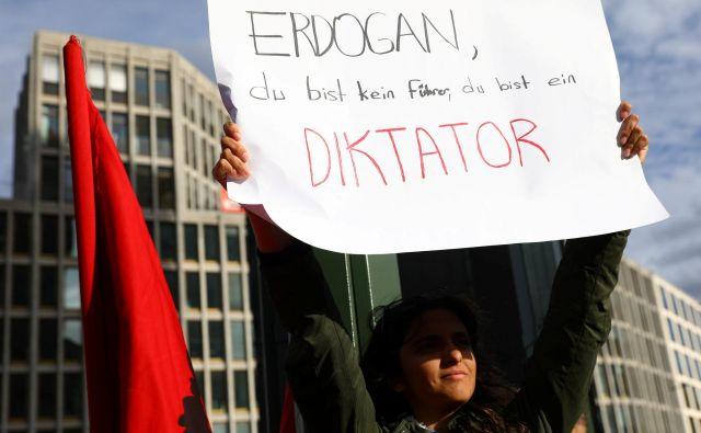 Turški predsednik je v skladu s pričakovanju spregovoril o prepovedani Kurdski delavski stranki (PKK) in njenih aktivnostih v Nemčiji. FOTO: Reuters