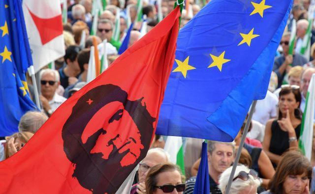 Privrženci levosredinske Demokratske stranke so se včeraj zbrali na enem od trgov v Rimu in protestirali proti vladnim ukrepom. Foto AFP