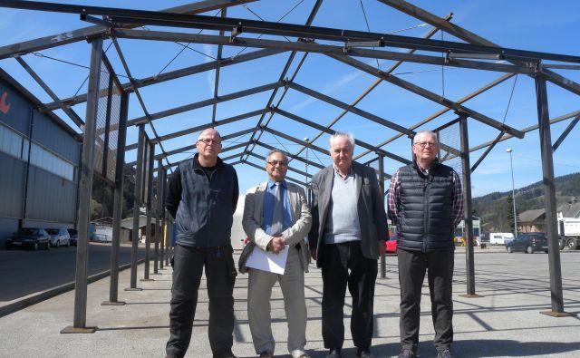 Že v Sloveniji so, preden so jo poslali na dolgo pot proti Aziji, konstrukcijo za šolo postavili poskusno. Od leve Tomaž Duler, nepalski konzul Aswin Srestha, Milan Kovač in Matjaž Duler. FOTO Lovro Kastelic