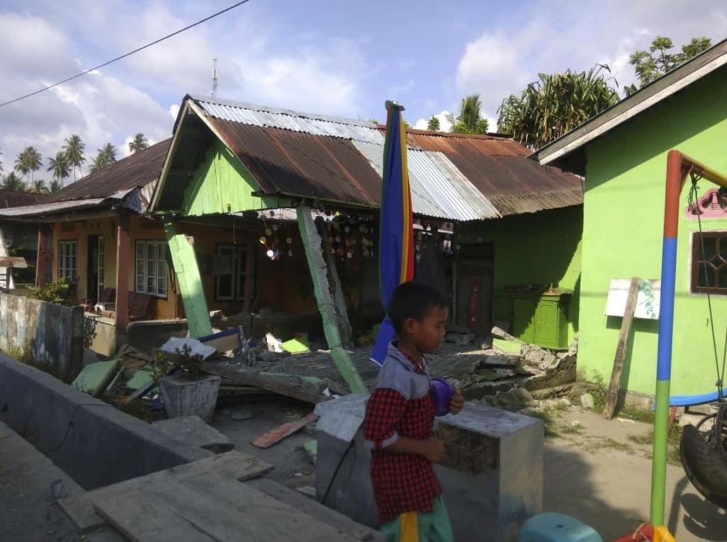 Otok Sulavezi prizadela močan potres in cunami