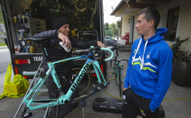 Primož Roglič (desno) od svojega mehanikaTima van der Zandna zahteva, da na kolesu vedno vse deluje brezhibno. FOTO: Jože Suhadolnik/Delo