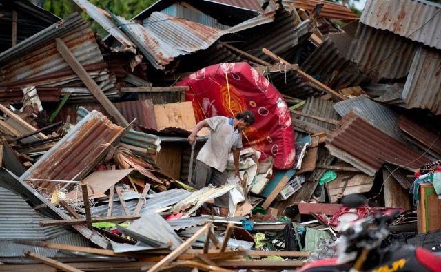 Sulavezi sta v petek stresla dva potresa, drugemu z magnitudo 7,5 je sledil tudi cunami, ki je dosegel glavno mesto osrednjega dela otoka, Palu. FOTO: Bay Ismoyo/AFP