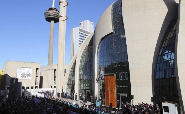 Površina nove mošeje meri 4500 kvadratnih metrov, sprejme pa lahko več tisoč vernikov. FOTO: AP