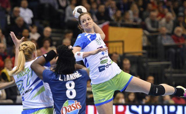 Ana Gros (z žogo) je bila z devetimi goli najučinkovitejša rokometašica v slovenski vrsti. FOTO: AP