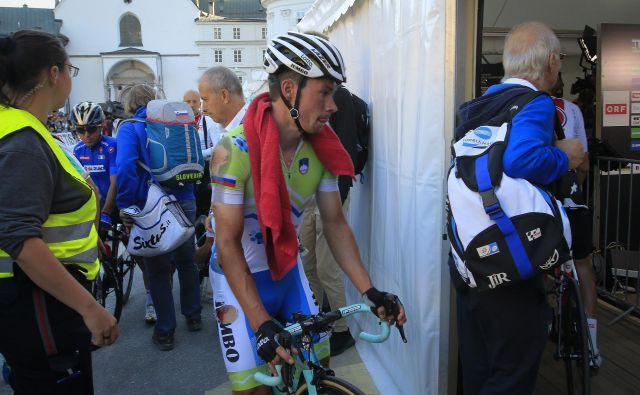 Poškodovani Primož Roglič je povsem izmučen in s strganim dresom v cilju povedal, da je bil enostavno preveč utrujen. FOTO: Jože Suhadolnik/Delo