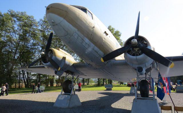 Z letalom Dakota so osvobojene zavezniške vojake prepeljali v Bari. FOTO: Bojan Rajšek/Delo