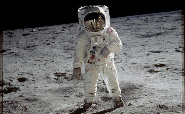 Buzz Aldrin na Luni (Neila Armstronga lahko opazite v vizirju na čeladi). FOTO: Nasa