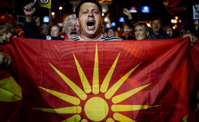 Pred poslopjem Sobranja pa so protestirali nasprotniki sporazuma z Grčijo, ki zahtevajo odstop vlade; skandirali so v podporo predsedniku države Gjorgeju Ivanovu, ki je referendum bojkotiral.Foto: Dimitar Dilkoff/Afp