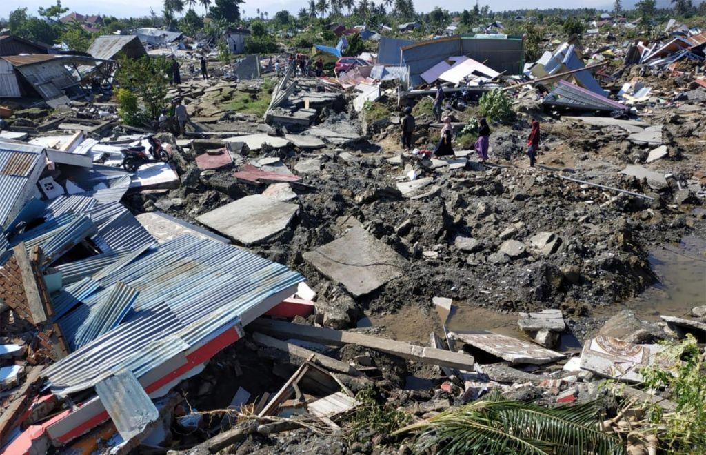 FOTO:Potres in cunami zahtevala več kot 800 življenj