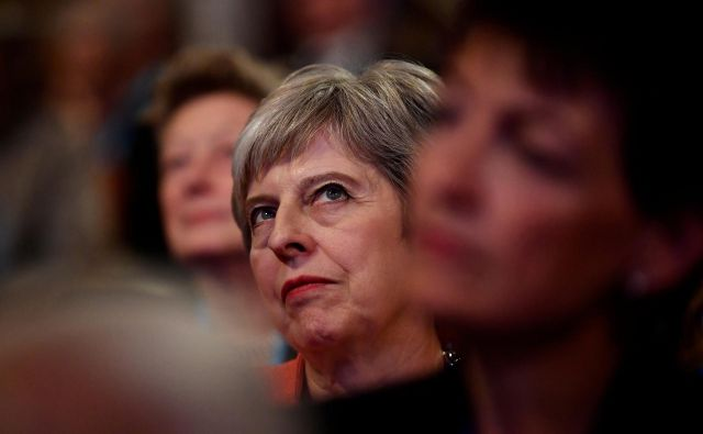 Britanska premierka Theresa May bo članom vladajoče konservativne stranke jutri poskušala prodati svoj predlog iz Chequersa kot najboljšo alternativo izstopu iz EU brez dogovora. FOTO: Reuters/Toby Melville