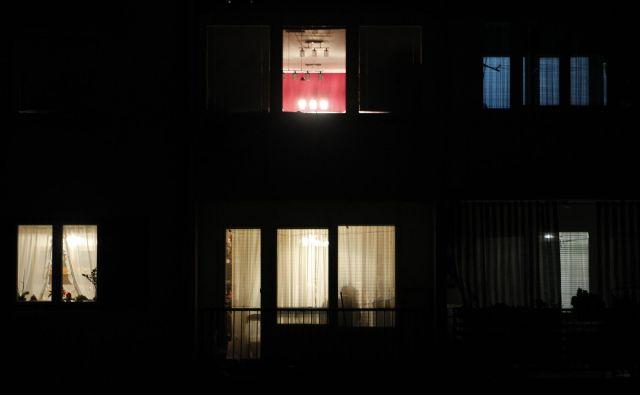 Roman <em>Ženska na oknu</em> se eksplicitno navezuje na Hitchcockovo mojstrovino<em> Dvoriščno okno</em>. Foto Tomi Lombar