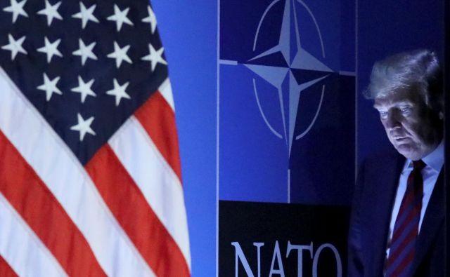 Trumpov prihod na tiskovno konferenco na julijskem vrhu Nata FOTO: Reuters