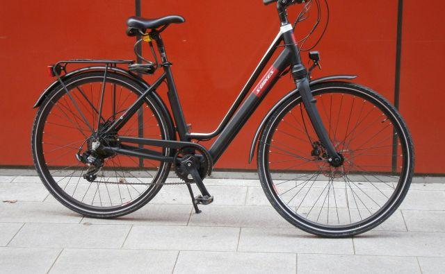 C 70 e je dobro premišljeno električno mestno kolo, ki je zaradi »ženskega« okvirja posebej prijazno do starejših. FOTO: Andrej Krbavčič