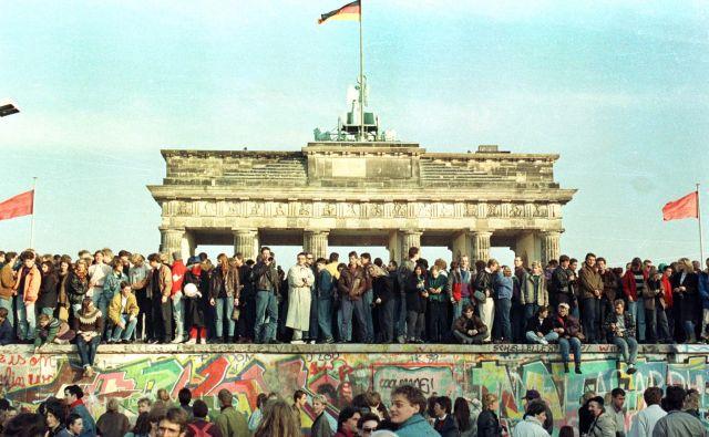 Berlinski zid je padel 9. novembra 1989. Danes pa Nemci praznujejo dan enotnosti. Foto Reuters