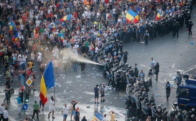 Demonstracije v Bukarešti 10. avgusta letos. FOTO: Reuters