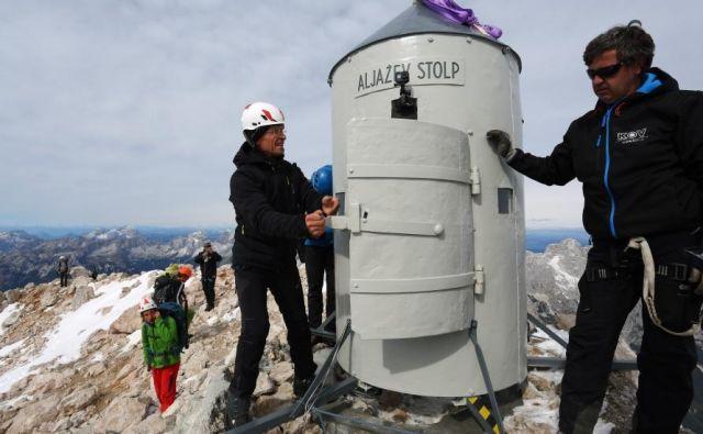Zamuda pri vzletu je nastala, ker helikopter zaradi megle ni mogel zapustiti brniške baze, toda Aljažev stolp so kasneje uspešno postavili na vrh Triglava. FOTO: Zavod za varstvo kulturne dediščine Slovenije (ZVKDS)