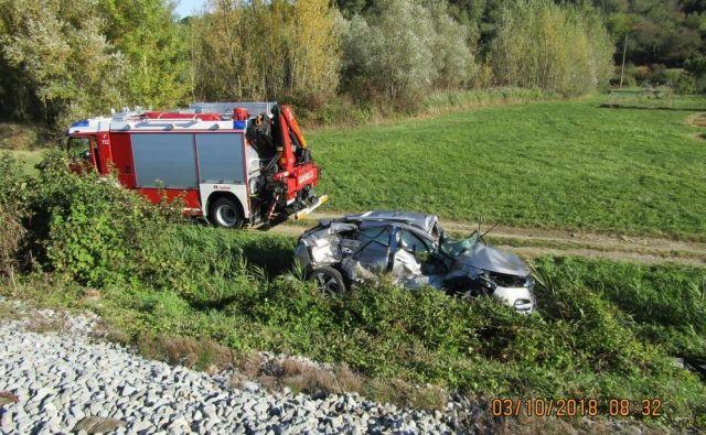 Ukleščenemu vozniku so na pomoč prihiteli gasilci iz Nove Gorice. FOTO: JZGRD Nova Gorica