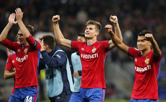 Slovenski nogometaš Jaka Bijol (na sredini) se je takole s soigralci pri moskovskem CSKA veselil presenetljive zmage nad madridskim Realom. FOTO: AP