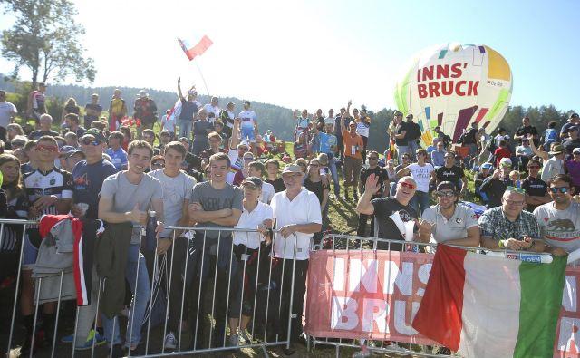 Ob tirolskih cestah se je minuli teden zbralo 600.000 gledalcev. FOTO: Jože Suhadolnik/Delo
