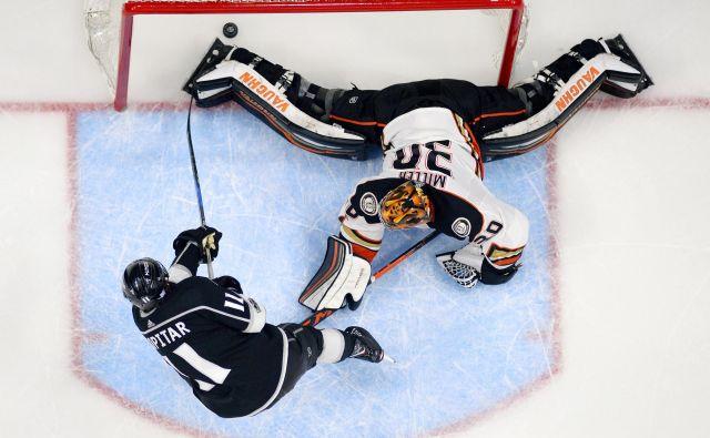 Anže Kopitar že ducat let navdušuje navijače in stroko v NHL, tako je v prejšnji sezoni ugnal Ryana Millerja, vratarja lokalnih tekmecev iz Anaheima.<br /> FOTO AP
