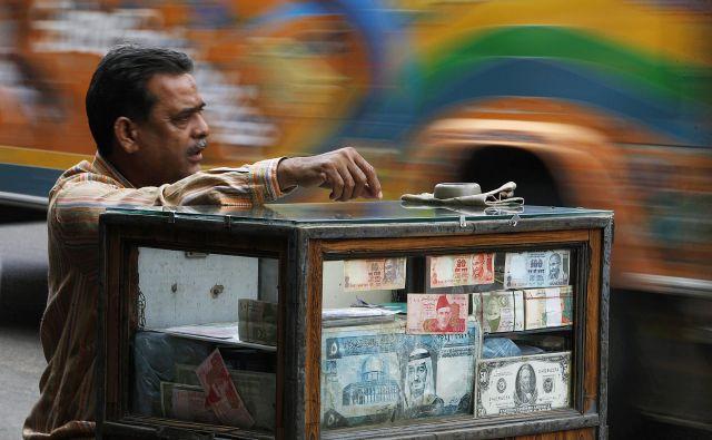 Položaj dolarja kot svetovne valute ogroža predvem nestrinanje drugih velikih država s sedanjo politiko Donalda Trumpa. Na fotografiji je ulični menjalec denarja v Pakistanu. Foto Reuters