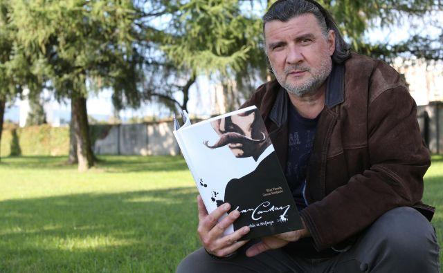 Zoran Smiljanić s še svežim albumom o življenju Ivana Cankarja. FOTO: Tomi Lombar