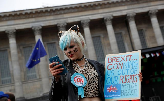 V Birminghamu je ta teden potekala letna konferenca konservativne stranke, na kateri je premierkaTheresa May zagovarjala brexit - čeprav je bila sama nekoč proti njemu -, zato so se v mestu zbrali nasprotniki odhoda Velike Britranije iz EU. FOTO Reuters