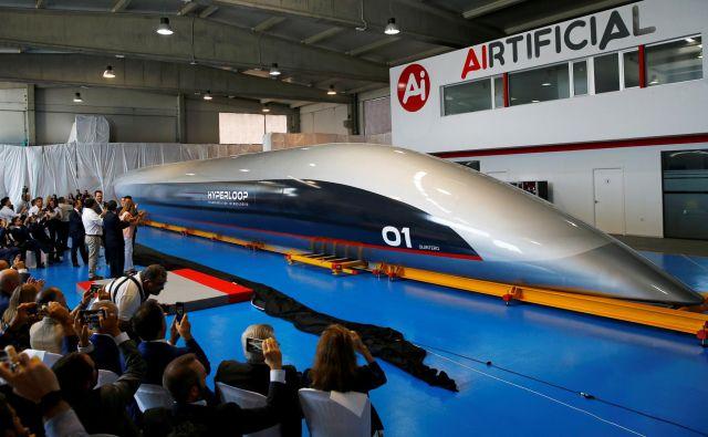 Novodobni magnetni vlak hyperloop bo lahko po posebnih ceveh potoval tudi s supersonično hitrostjo, kar pomeni, da se bo lahko premikal tudi 1200 kilometrov na uro. FOTO: Marcelo Del Pozo/Reuters