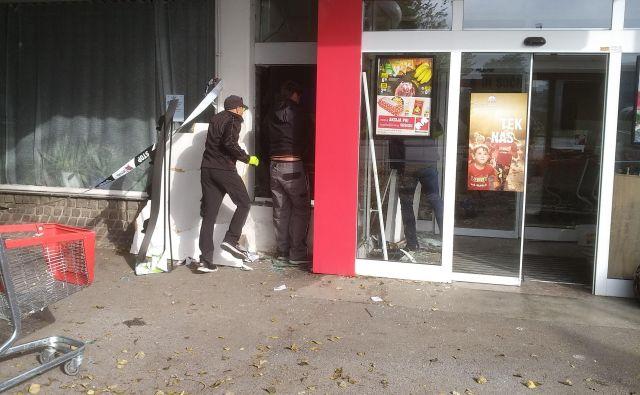 Posledice vloma v bankomat v Črnučah FOTO: Jože Horvat