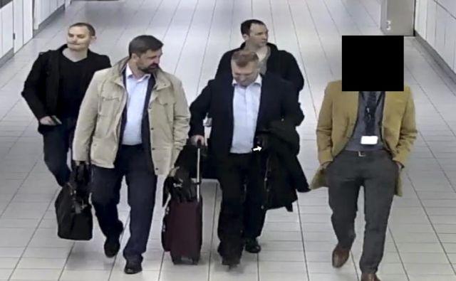 Fotografija, ki jo je objavilo nizozemsko ministrstvo za obrambo, prikazuje štiri agente ruske vojaške obveščevalne službe (GRU), ki so jih nizozemski organi aprila izgnali iz države zaradi domnevnega poskusa izvedbe kibernetičnega napada na mrežo Organizacije za prepoved kemičnega orožja (OPCW) v Haagu. FOTO: AP