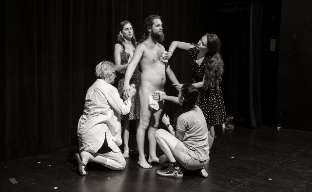 Fotografija z vaje za predstavo še ni naslova junija 2018 v režiji Tomija Janežiča. Foto Žiga Koritnik
