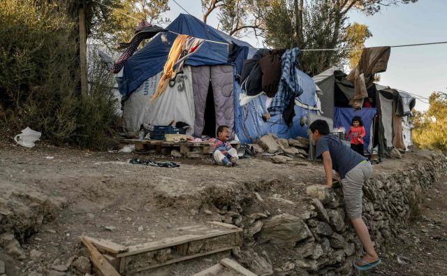 V taborišču Moria, kjer je prostora za dobrih 3000 ljudi, jih je zdaj skoraj trikrat več. Foto AFP