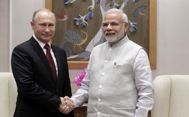 Indijski premier Narendra Modi izreka dobrodošlico ruskemu predsedniku Vladimirju Putinu. FOTO: Reuters