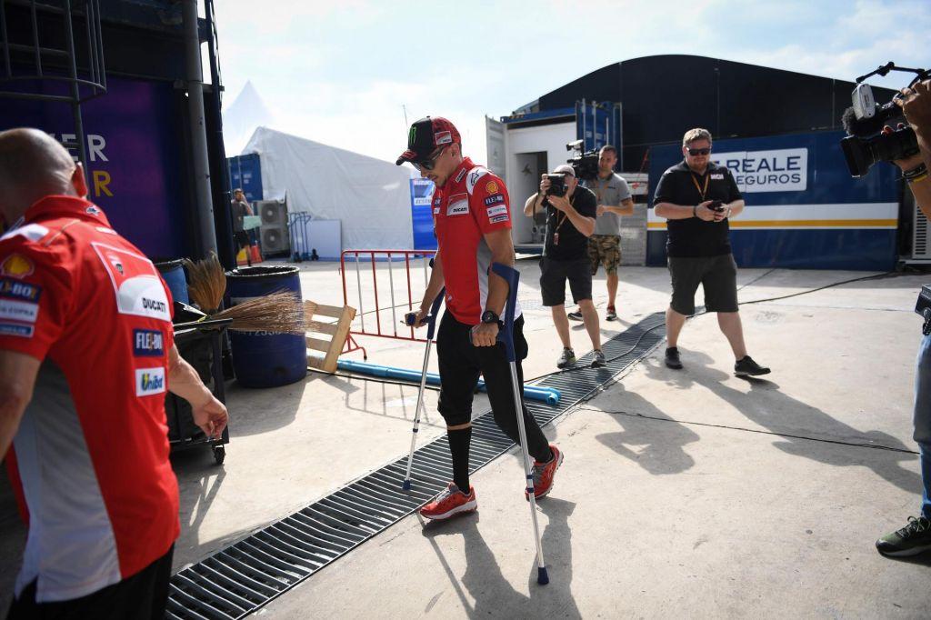 FOTO:Jorge Lorenzo si je po padcu v Aragoniji že opomogel (VIDEO)