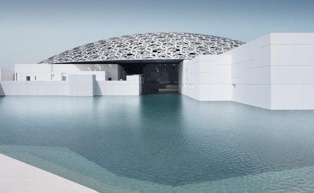 Muzej Louvre v Abu Dabiju je najdražja naložba v kulturno infrastrukturo na Arabskem polotoku, vredna kar 2,1 milijarde dolarjev.