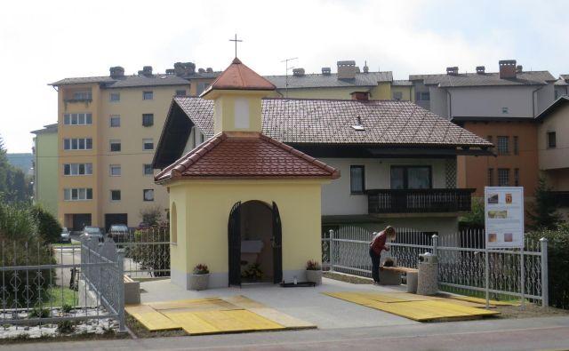 Replika nove kapelice že krasi mesto ob Savi. FOTO: Bojan Rajšek/Delo