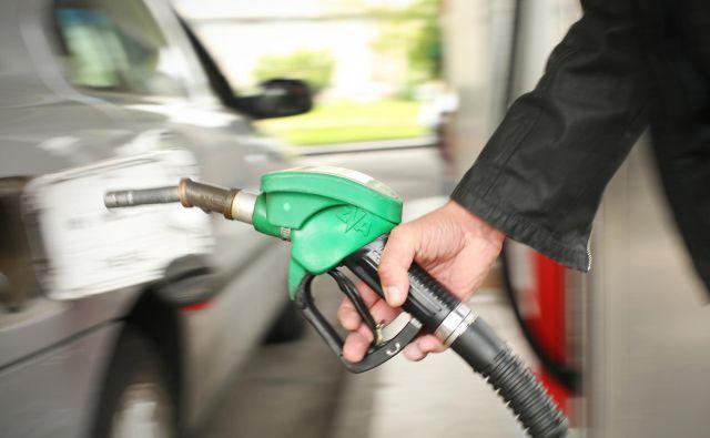 Točenje goriva na bencinskih servisih ob regionalnih cestah bo spet dražje. Foto Jure Eržen