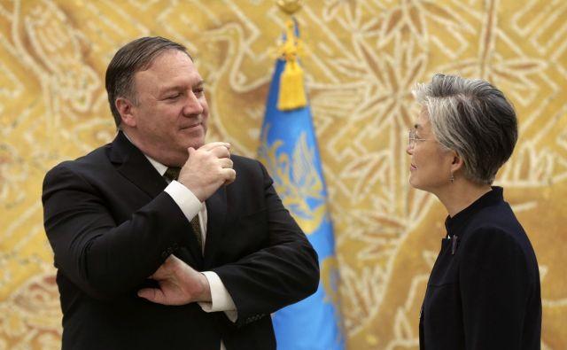 Amerški državni sekretar Mike Pompeo se je v Južni Koreji sestal tudi s zunanjo ministrco Kang Kjung Vha. FOTO: AP
