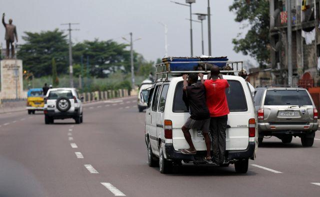 Javni prevoz na avtocestnem odseku, ki vodi v prestolnico DR Kongo. FOTO: Thomas Mukoya/Reuters