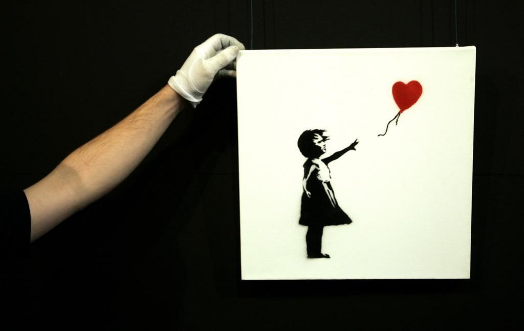Najprej so jo kupili za milijon evrov, nato se je Banksyjeva umetnina sama od sebe razrezala (VIDEO)