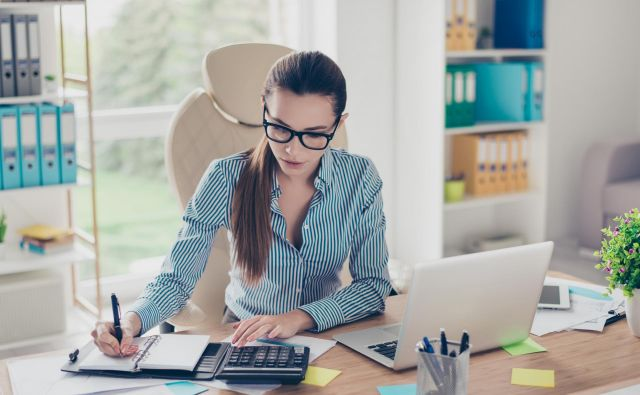 Dostojno delo pomeni tudi dostojno plačilo za delo. Foto Shutterstock