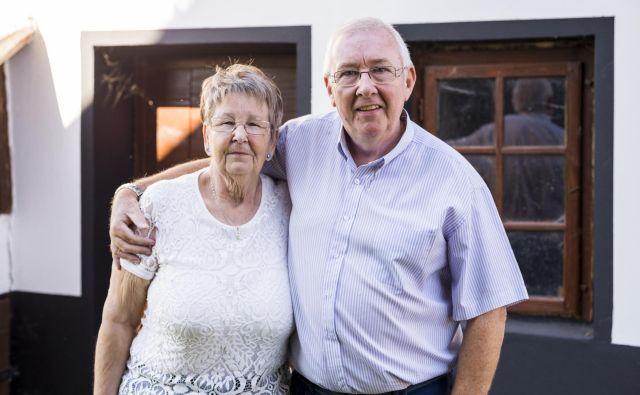 Zakonca Stuart in Lena Pettigrew sta pred dvanajstimi leti v Markovcih na Goričkem za malo denarja kupila staro hišo, jo obnovila in lično uredila. FOTO: Jan Vitez
