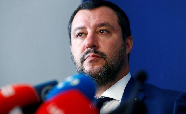 Italijanski notranji minister Matteo Salvini med dananšnjo tiskovno konferenco v Rimu. FOTO: REUTERS/Max Rossi