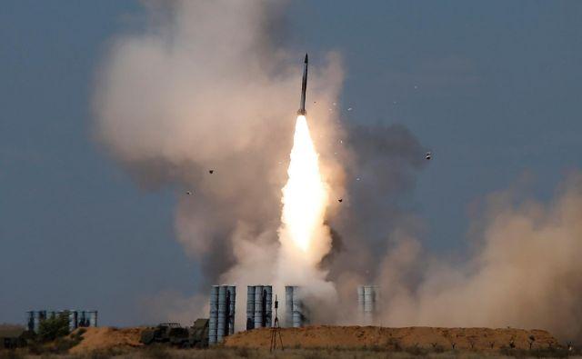 Izraelskega premiera skrbi, ker je Moskva oborožila sirsko vlado s sistemi protizračne obrambe S-300. FOTO: Reuters