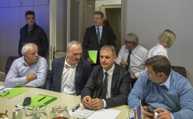 Prva seja odbora SLS, ki jo je po vrnitvi na vrh stranke vodil Marjan Podobnik, je pokazala, da morajo pozabiti stare razprtije. Peter Vrisk, ki je doživel poraz v DBS, bo ohranil vpliv v slovenskem zadružništvu in tudi v SLS. Foto Voranc Vogel