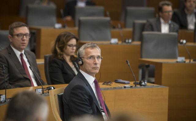 Generalni sekretar Nata Jens Stoltenberg je danes tudi poslance pozval k okrepitvi obrambnih izdatkov.FOTO: Voranc Vogel/Delo