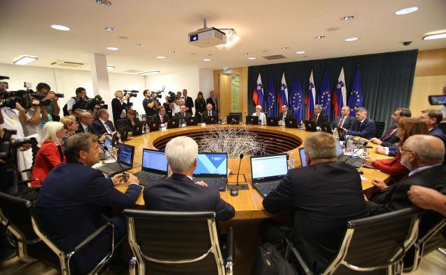 Približno 12 odstotkov anketiranih je delo vlade ocenilo kot pozitivno ali zelo pozitivno. Foto Leon Vidic/delo