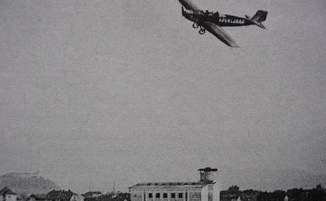 Letalo Klemm L-20 leta 1929 nad gradbiščem Plečnikove cerkve sv. Frančiška v Šiški Foto Spletna Stran Staro Ljubljansko Letališče