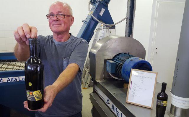 Beno Bajda je tri leta skrbno skrival svoje eksperimente v oljarni Torkla, stroškov je imel za 15.000 evrov, zdaj ima res hladno stisnjeno olje. FOTO: Boris Šuligoj