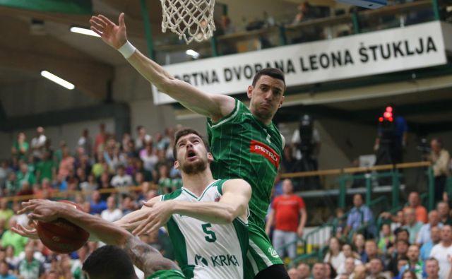 Paolo Marinelli (z žogo) je v sezonah 2013-15 igral za Olimpijo, zdaj drugo leto organizira Krkino igro. FOTO: Jože Suhadolnik